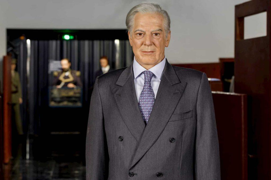 figura de cera de Vargas Llosa frontal